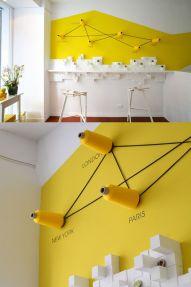 żółta dekoracja na ścianie.