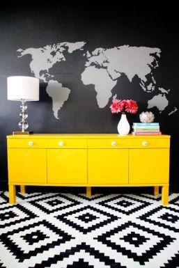 Jeśli szukasz efektu wow! to żółty jest do tego stworzony. Nawet prosta komoda na czarnej ścianie może wyglądać szałowo.. Kiepsko dobrane kwiaty., wiem trochę się czepiam :)