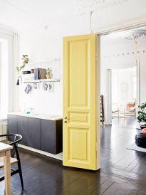 Żółte drzwi to odważna decyzja :)