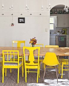 Żółte krzesła. Mocny kolor jeszcze bardziej uwypukla ich celowo zróżnicowane formy. To jest prawdziwa personalizacja :) Każdy domownik, czy gość jest potraktowany indywidualnie.