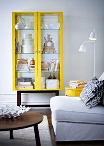 żółta witryna i stolik w szarym wnętrzu.