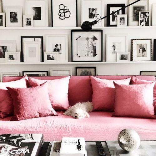 ciemny pudrowy róż na sofie
