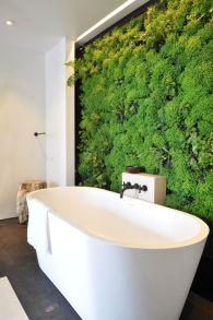 zielona ściana z roślin w łazience