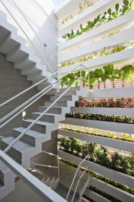 Piekne przeszklenie na klatce schodowe. Problem tylko w tym, że za oknem nie ma żadnego widoku, poza dachem i ceglaną ścianą sąsiada. Jak to rozwiązano? Inteligentnie! :)