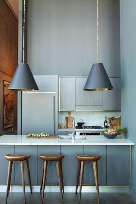 Stożek lamp idealnie pasuje do stożkowej formy hockerów. Złote wnętrze lampy do złotej obramówki szafek kuchennych. Klucz - FORMA, KOLOR.