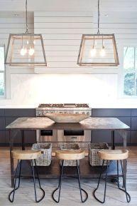 """Idealnie dobrane lampy do stalowej konstrukcji stołu i hokerów. Stalowa """"linia"""" jest tu kluczem. Hockery nie muszą być prostokątne, to byłoby zbyt totalne rozwiązanie."""