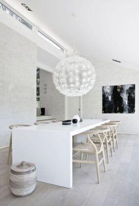 Jedna z najlepiej zaprojektowanych lamp z IKEI. Tym razem kolor jest dopasowany do stołu, ale forma ma analogie w krzesłach. Zobaczcie na splot na siedzeniu i poszczególne dmuszki z dmuchawca. Jest w tym pewna analogia. Poza tym lampa jest delikatna, ażurowa podobnie jak krzesła. Kluczem jest tu KOLOR, FORMA I CIĘŻAR