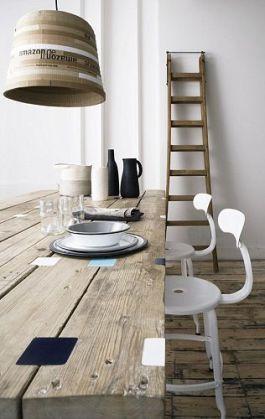 Idealnie lampa dopasowana do stołu. Krzesła powiązane ze ścianami, mniej z lampą. Też dobre rozwiązanie akcentujące recyklingowy stół.