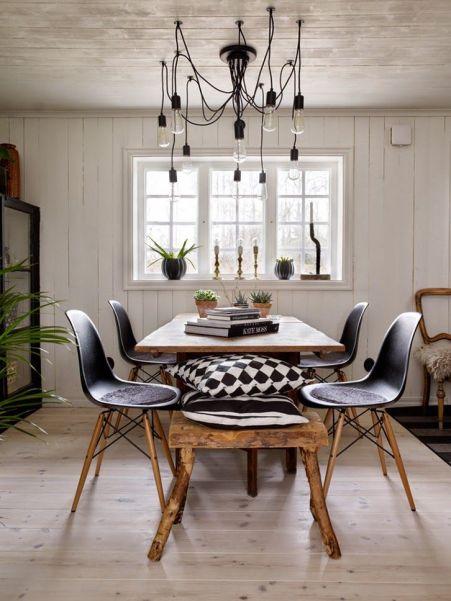 Przy bardziej swobodnym i mniej geometrycznym wnętrzu, świetnie będą wyglądały żarówki na swobodnym kablu. Ich pewna niezborność usprawiedliwiona jest tutaj przez wspaniały naturalny stołek. Piękna prosta harmonia.
