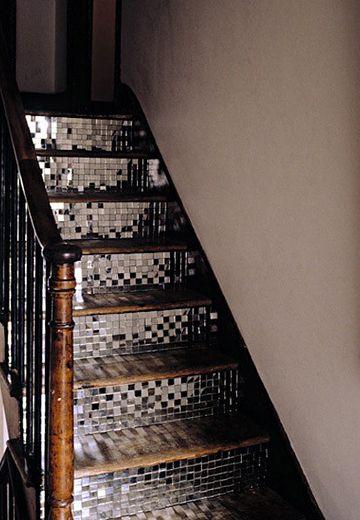 Lustro na schodach. Raczej trochę kichowata i efekciarska ciekawostka :)