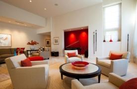 czerwona ściana, mocny akcent podkreślający kulturę muzyczną domu.