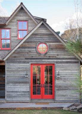 Bez tych okien to byłaby zwykła chata.
