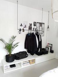 Garderoba wręcz jako dekoracja. Zmusza do posiadania małej ilości, świetnej jakości ubrań. I o to chodzi!